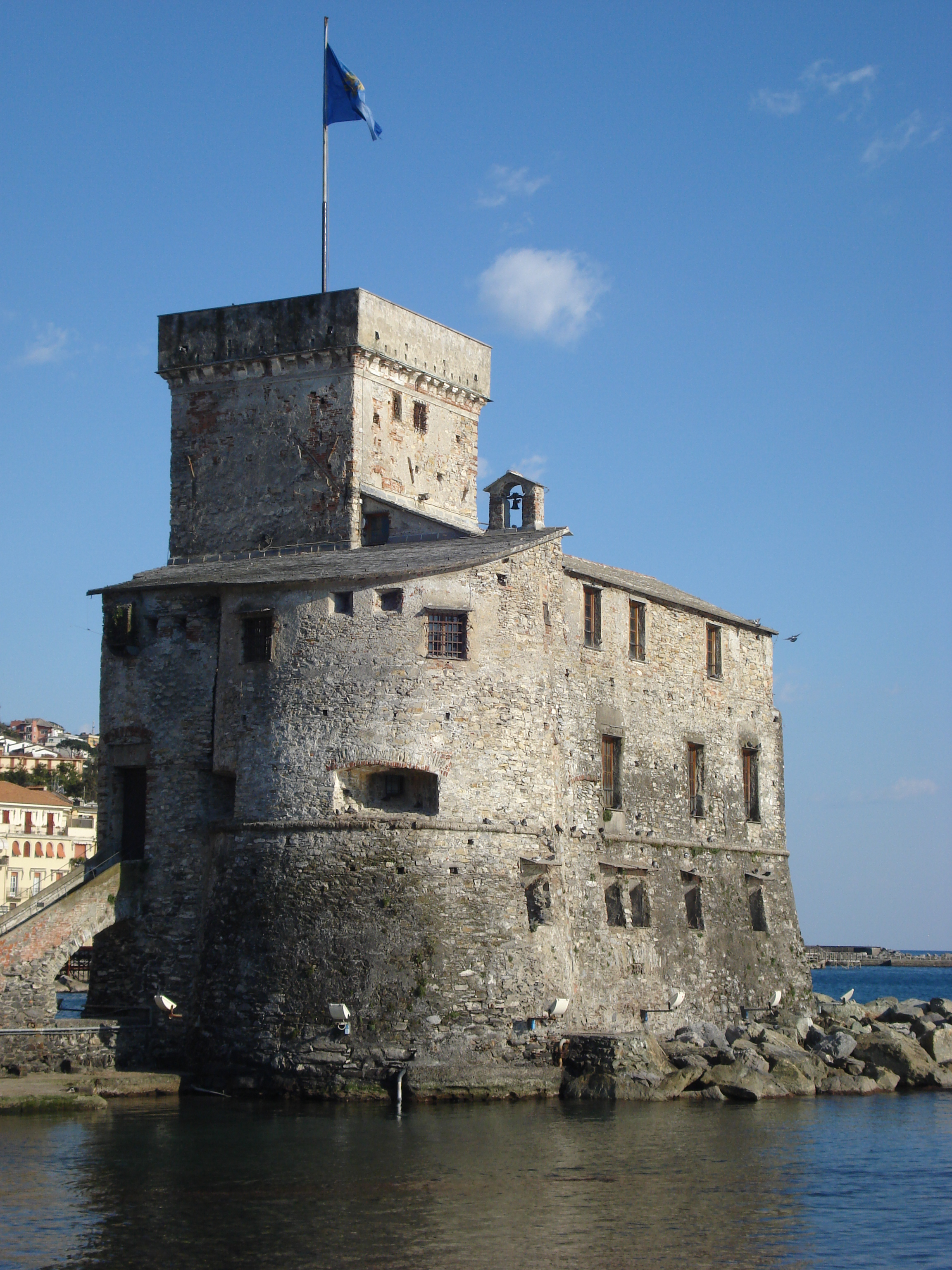L'Antico Castello visto dal Lungomare