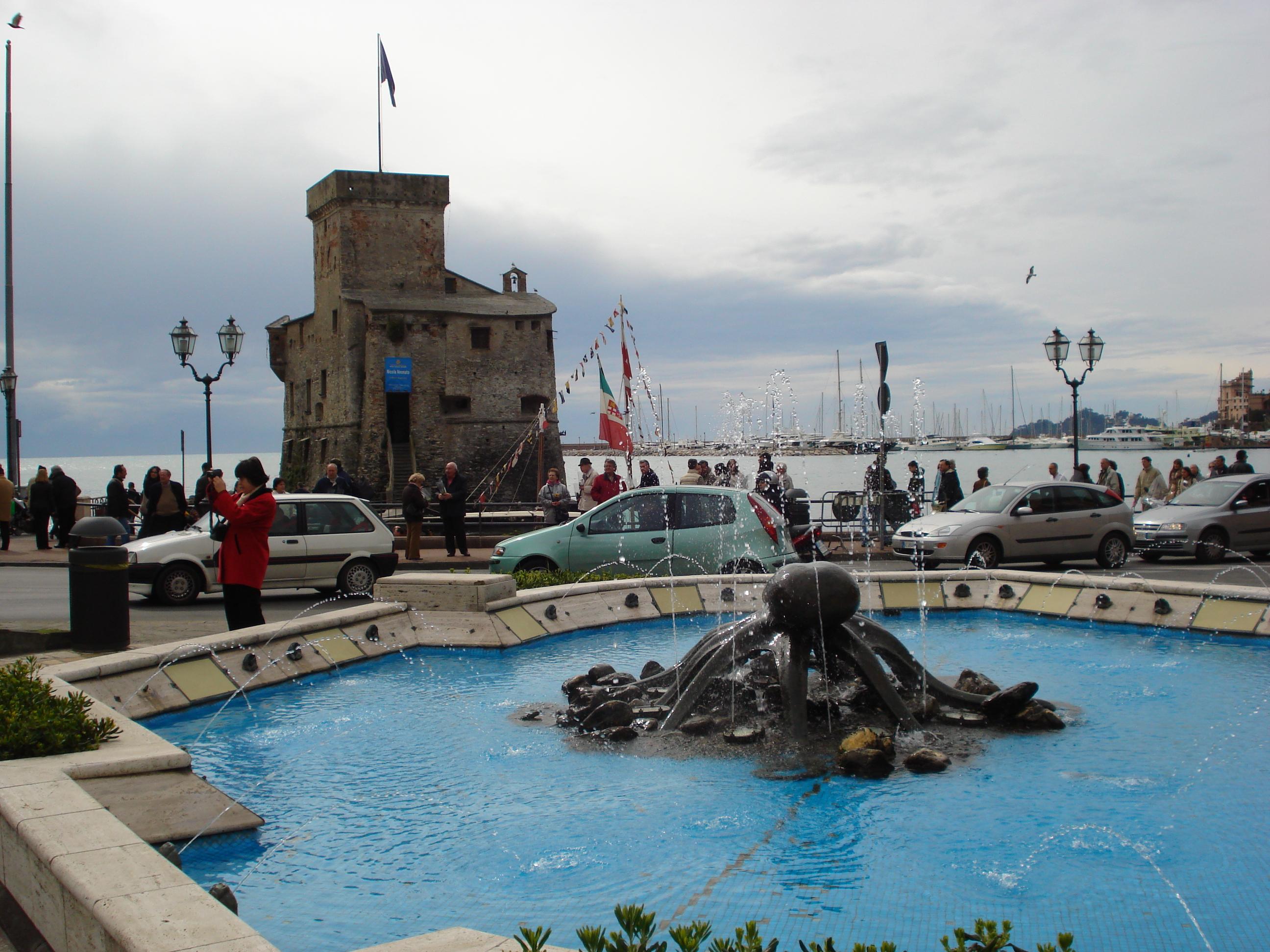 L'Antico Castello e la Fontana del Polipo