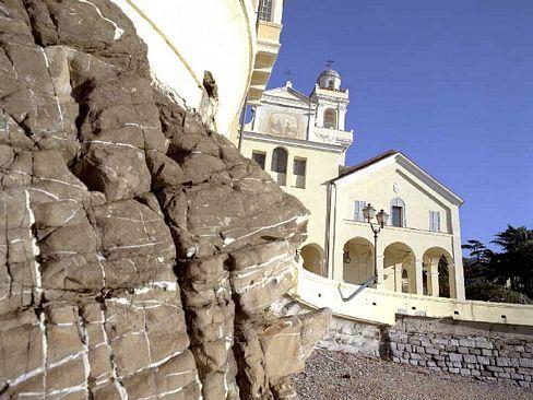 Il monastero delle Clarisse visto dalla spiaggia